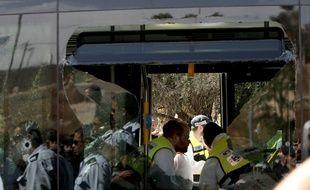 Les secours aident les blessés après l'attaque d'un bus par des Palestiniens à l'est de Jérusalem mardi 13 octobre 2015.