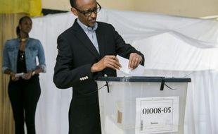 Le président rwandais Paul Kagame vote le 18 décembre 2015 à un référendum qui doit lui permettre de rester au pouvoir