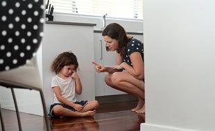 Une mère qui gronde sa fille.