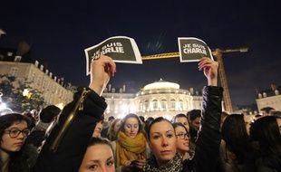Des personnes se sont rassemblées en hommage aux victimes des attentats de Charlie Hebdo. Ici le 7 janvier 2015 à Rennes.
