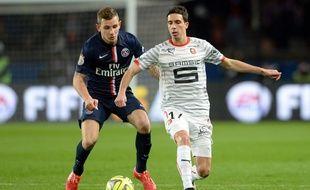 Vincent Pajot (en blanc), ici face au latéral parisien Lucas Digne.