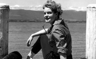 L'actrice autrichienne Romy Schneider prend une pose, le 20 août 1956, au bord du lac de Genève, lors du tournage du film «Kitty et le grand monde».