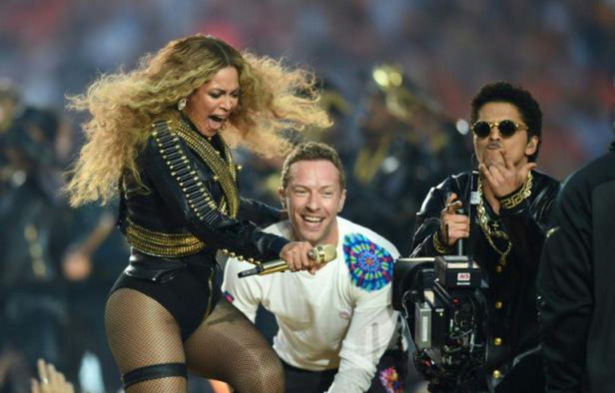Beyonce, Chris Martin et Bruno Mars lors du spectacle à la mi-temps du Super Bowl le 7 février 2016 à Santa Clara en Californie – TIMOTHY A. CLARY AFP
