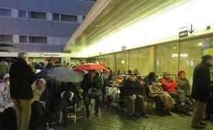 La file d'attente devant la cité des congrès est déjà importante, vendredi à 18h