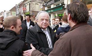L'ancien maire d'Hénin-Beaumont, Eugène Binaisse, sortant de la mairie après sa défaite en 2014