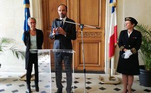 Le Premier ministre accompagné de la ministre Elisabeth Borne (à gauche) et de la préfète Nicole Klein (à droite).