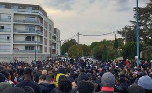 Villiers le Bel, lundi 7 octobre. Près d'un milliers de personnes ont participé à la marche silencieuse en hommage à Ibrahima Bah, décédé la veille.