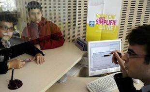 Un agent du service public à la Caisse d'allocation familliale (CAF) de Paris