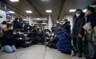 L'avocat Kim Kang-won commente auprès des médias, le 8 janvier, la décision de la justice coréenne de demander au gouvernement japonais de payer une compensation finacnière à douze esclaves sexuelles de la seconde guerre mondiale et à leurs familles.