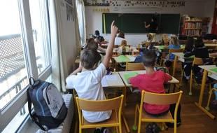 Un élève lève la main dans une classe (image d'illustration).