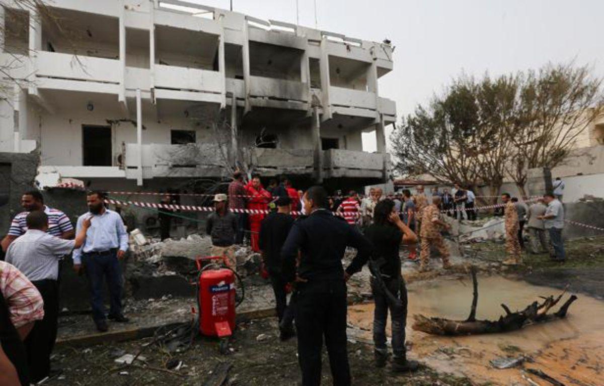 Un attentat à la voiture piégée a touché l'ambassade de France à Tripoli (Libye), le 23 avril 2013. – M.TURKIA / AFP