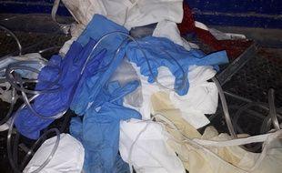 Gants, masques, tubes... Les agents de Proprec alertent sur les déchets médicaux retrouvés dans les bacs de recyclage.