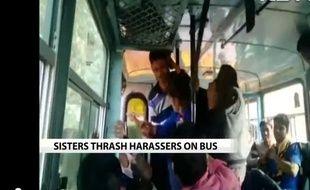 Deux jeunes indiennes se défendent dans un bus, en Inde.