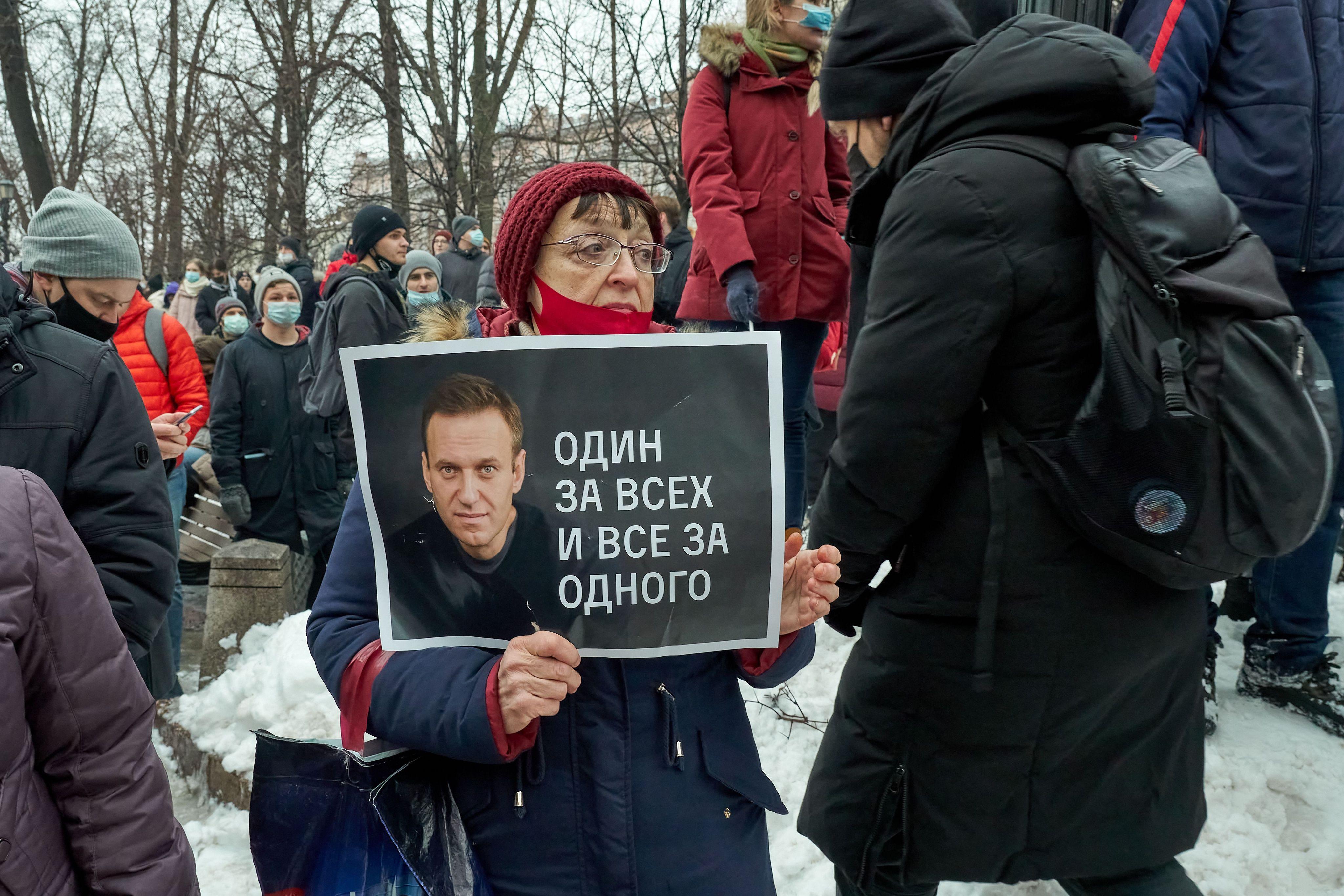 648x415 femme manifeste soutenir alexei navalny pancarte indiquant tous tous moscou 23 janvier 2021