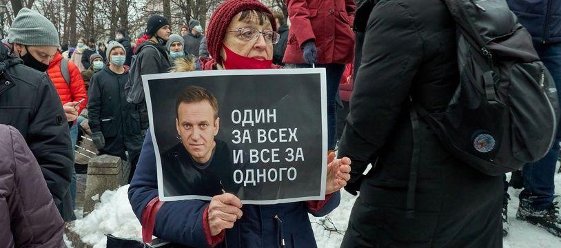 Une femme manifeste pour soutenir Alexeï Navalny avec une pancarte indiquant « un pour tous et tous pour un », à Moscou le 23 janvier 2021.