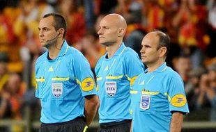 L'arbitre de L1 Tony Chapron (au centre) entouré de ses adjoints, lors d'un match de L1 enrte Lille et Lens le 11 septembre 2010 à Lens.