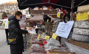 Photo d'illustration du port du masque, cette année, sur un marché français.