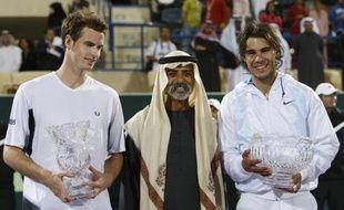 Les tennismen Andy Murray (à droite) et Rafael Nadal, après la finale du tournoi d'exhibition d'Abu Dhabi, le 3 janvier 2009.