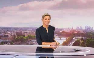 Anne-Sophie Lapix présente son premier JT de 20 Heures sur France 2 le 4 septembre 2017