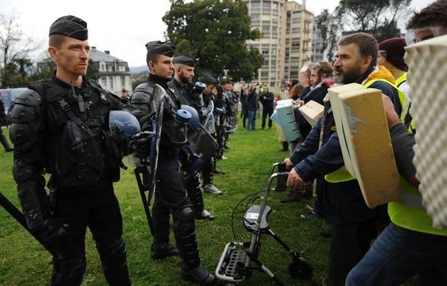 Les militants écologistes mobilisés lors de la tenue du congrès sur le pétrole à Pau. / AFP PHOTO / IROZ GAIZKA