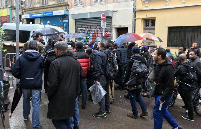 Les habitants du quartier se pressent devant le cordon de sécurité à Marseille.