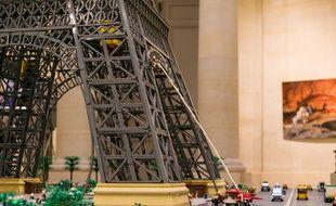 Il a fallu 150.000 pièces pour construire cette tour Eiffel de 5,20 m de haut pour l'expo Lego «Ciné en briques».
