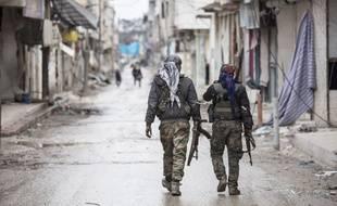 Deux combattants kurdes dans la ville de Kobané, en Syrie.