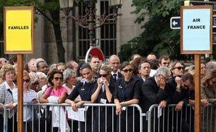 Le recueillement des familles et collègues des disparus du vol AF447 lors de l'hommage rendu dans la cathédrale Notre-Dame à Paris, le 3 juin 2009.