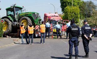 Des gendarmes sur les lieux d'une collision entre un train et un camion à hauteur d'un passage à niveau à Nangis (Seine-et-Marne), le 21 avril 2015.