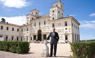 Frederic Mitterrand devant la Villa Medicis, à Rome, qu'il a dirigée en 2008-2009. (23 juin 2009)