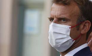 Emmanuel Macron surveille le mouvement.