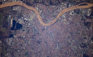 La Garonne a la même couleur vue de la terre ou du ciel.