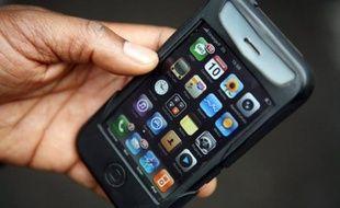 """Le smartphone fera une """"entrée spectaculaire"""" dans le top 3 des cadeaux nouvelles technologies à se retrouver au pied du sapin, mais n'arrive pas encore à supplanter le téléphone portable """"classique"""", selon une étude de l'institut GfK publiée mardi."""