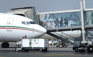 Des passagers débarquent d'un avion parqué sur le tarmac de l'aéroport de Nantes le 2 avril 2013 à Bouguenais, en Loire-Atlantique