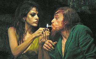 Eva Mendes et Denis Lavant dans Holy Motors, de Léos Carax.