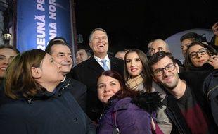 Klaus Iohannis (au centre) a remporté l'élection présidentielle, le 24 novembre 2019, à Bucarest.