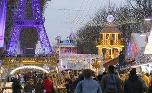 Les mesures de sécurité à l'entrée principale du marché de Noël à Paris, le 20 décembre 2016.