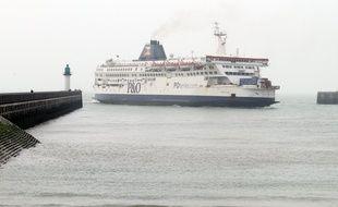 Un ferry de la compagnie P&O au large du port de Calais.