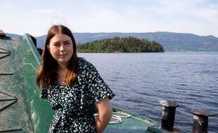 Astrid Eide Hoem, survivante de la fusillade d'Utoya, se rend sur l'île, le 20 juillet 2021, dix ans après la tuerie.