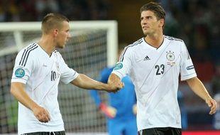 Les joueurs allemands, Lukas Podolski (à g.) et Mario Gomez lors d'un match de l'Euro contre les Pays-Bas, le 13 juin 2012 à kharkiv.