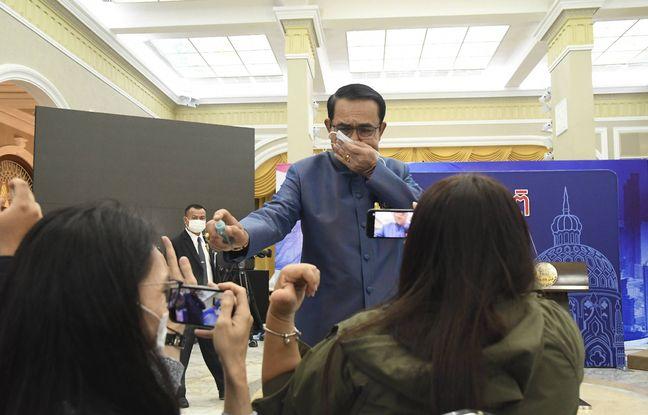 648x415 premier ministre thailandais asperge journalistes spray hydroalcoolique lors conference presse mars 2021