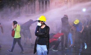 """Six organisations turques de médecins ont déploré jeudi l'usage massif par la police du gaz lacrymogène lors de la répression des manifestations antigouvernementales qui ont secoué la Turquie depuis la fin mai, évoquant deux cas probables de décès liés au gaz et dénonçant son usage comme une """"arme chimique""""."""