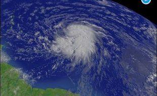 """Les premiers effets du cyclone """"Dean"""" ont été enregistrés jeudi en début de soirée en Martinique avec le passage d'une """"première ligne de grains"""", selon météo-France."""