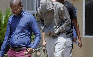 """Oscar Pistorius, l'athlète handicapé surnommé """"Blade Runner"""", premier double amputé à avoir participé à des jeux Olympiques avec les valides l'été dernier à Londres, a été inculpé de """"meurtre"""" pour avoir tué sa petite amie jeudi matin dans sa résidence de Pretoria."""
