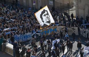 Un homme brandit un drapeau représentant le portrait de Bernard Tapie avant une messe organisée pour ses funérailles à la cathédrale Major de Marseille, le 8 octobre 2021.