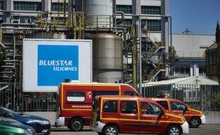 Des véhicules de pompiers devant l'usine de produits chimiques Bluestar Silicones, classée Seveso, à Saint-Fons, près de Lyon, le 28 juin 2016