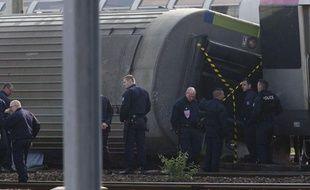 Des enquêteurs de la police effectuent des recherches sur les lieux de l'accident ferroviaire à Brétigny-sur-Orge le 13 juillet 2013.