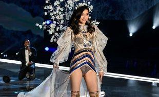 Ming Xi au défilé de Victoria's Secret
