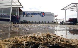 Le parking du magasin Leclerc à Cleunay, où les agriculteurs ont déversé de la paille et du lisier.