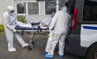 Un patient atteint du coronavirus, à l'hôpital de Colmar, le 26 mars 2020.